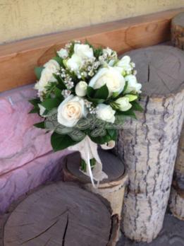 Букет из роз виндела, фрезии, розы кустовой, хамелациума