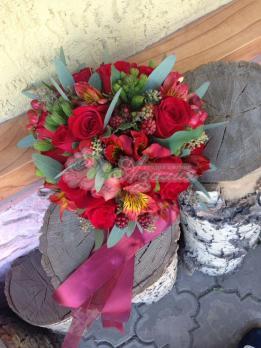Букет из роз кения, гиперикума, рубуса, альстромерии, брунии