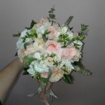 Букет из розы эквадор, эустомы, вероники, фрезии