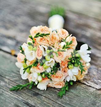 Букет из кустовых роз 9 шт, фрезии 9 шт