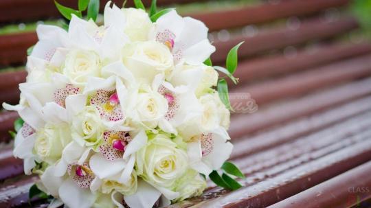 Букет из орхидей цимбидиума 10 шт, розы эквадор 20 шт