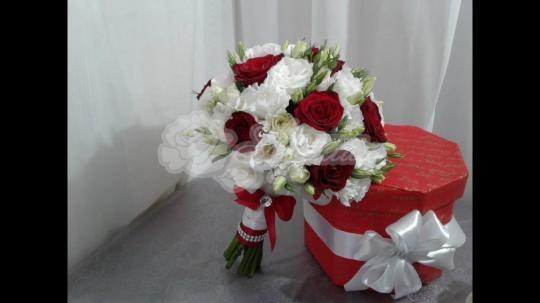 Букет из розы сорта фридом 9 шт, эутомы 7 шт