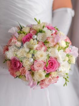 Букет из розы эквадор 5 шт, кустовой розы 13 шт, фрезии 13 шт