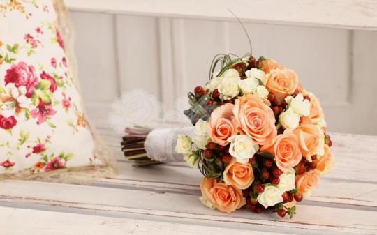 Букет из розы эквадор 15 шт, гиперикума 9 шт, кустовой розы 5 шт, берграсс