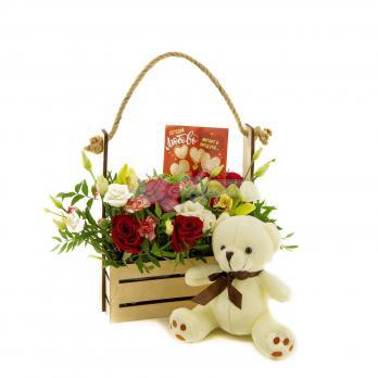 Композиция цветов с медведем с открыткой