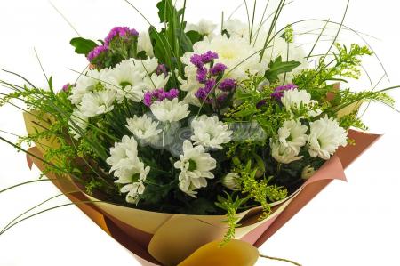 Букет из 7 хризантем и зелени в упаковке