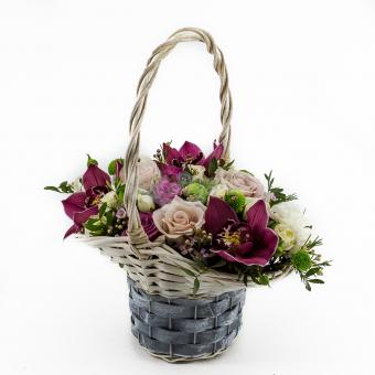 Корзинка орхидей и роз
